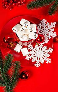 Bilder Neujahr Roter Hintergrund Teller Ast Schneeflocken Kugeln Becher Marshmallow Lebensmittel