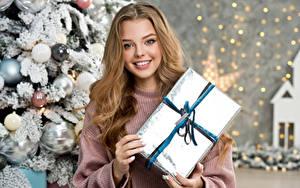 Fotos Neujahr Lächeln Starren Geschenke Hand Nett Dunkelbraun junge Frauen