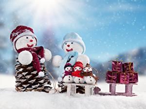 Fotos Neujahr Schnee Schlitten Schneemänner Geschenke Mütze Schal
