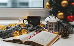 Hintergrundbilder Neujahr Stillleben Kugeln Lichterkette Bücher Becher Zapfen