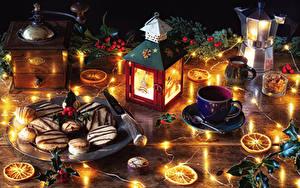 Fotos Neujahr Stillleben Beere Kerzen Wasserkessel Kekse Ast Tasse Lichterkette Lebensmittel