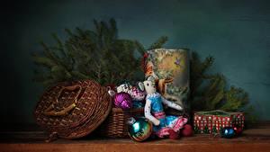 Hintergrundbilder Neujahr Stillleben Ast Geschenke Kugeln Weidenkorb Puppe