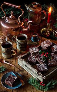 Desktop hintergrundbilder Neujahr Stillleben Kerzen Flötenkessel Törtchen Kaffee Ast Becher Lebensmittel