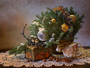 Fotos Neujahr Stillleben Kekse Schalenobst Vögel Ast Kugeln Tasse Schatztruhe Lebensmittel