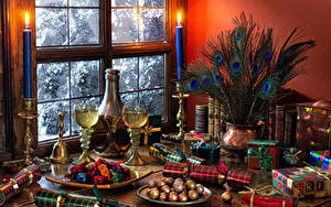 Hintergrundbilder Neujahr Stillleben Federn Kerzen Champagner Bonbon Vase Weinglas Geschenke Fenster das Essen