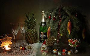 Fotos Neujahr Stillleben Süßware Champagner Ananas Kerzen Ast Flasche Weinglas Kugeln Schneeflocken Zapfen Lebensmittel