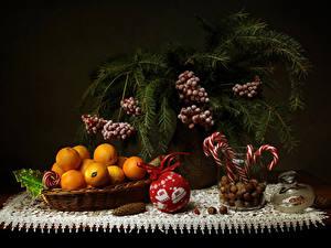 Fotos Neujahr Stillleben Süßigkeiten Mandarine Schalenobst Beere Ast Lebensmittel