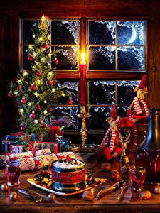 Bilder Neujahr Stillleben Wein Nussfrüchte Weihnachtsbaum Kugeln Lichterkette Geschenke Flasche Dubbeglas Fenster das Essen