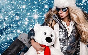 Fotos Neujahr Teddy Blondine Brille Schnee Glamour junge frau