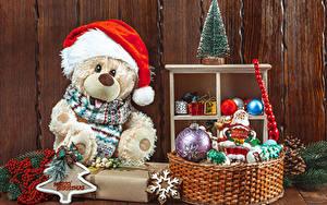 Hintergrundbilder Neujahr Teddy Tannenbaum Mütze Weidenkorb Kugeln Schneeflocken
