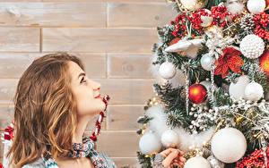 Fotos Neujahr Mauer Tannenbaum Kugeln Braune Haare Blick Mädchens