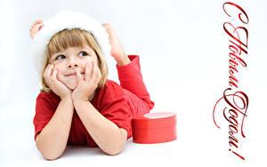 Hintergrundbilder Neujahr Weißer hintergrund Kleine Mädchen Geschenke Hand Russische Kinder