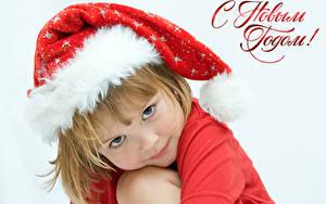 Fotos Neujahr Weißer hintergrund Russische Mütze Kleine Mädchen Starren Nett Kinder