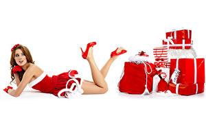 Bilder Neujahr Weißer hintergrund Braune Haare Uniform Geschenke Bein High Heels junge Frauen