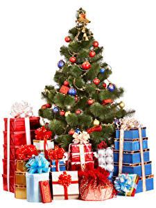 Bilder Neujahr Weißer hintergrund Tannenbaum Kugeln Geschenke