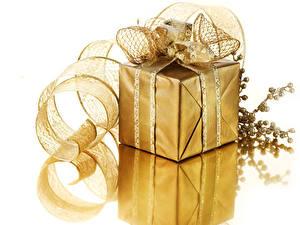 Hintergrundbilder Neujahr Weißer hintergrund Geschenke Band Ast Gold Farbe