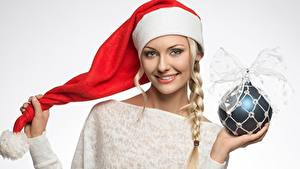 Fotos Neujahr Mütze Kugeln Zopf Lächeln Grauer Hintergrund Mädchens