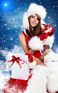Bilder Neujahr Mütze Braunhaarige Sitzt Geschenke junge frau