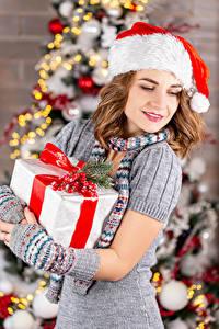 Fotos Neujahr Mütze Geschenke Braunhaarige Mädchens