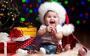 Hintergrundbilder Neujahr Mütze Baby Sitzend Kugeln Geschenke Schleife Freude Kinder