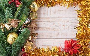 Fotos Neujahr Bretter Ast Kugeln Zapfen Glocke Geschenke Vorlage Grußkarte