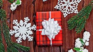 Bilder Neujahr Bretter Ast Geschenke Schneeflocken