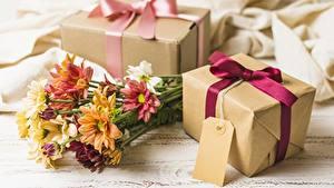 Desktop hintergrundbilder Chrysanthemen Blumensträuße Geschenke Schachtel Blüte