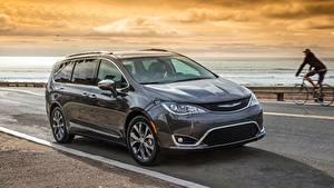 Fotos Chrysler Softroader Grauer Hintergrund Kombi Pacifica Limited, 2016 Autos