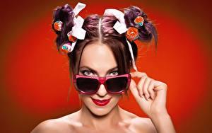 Hintergrundbilder Brille Frisuren Braunhaarige Roter Hintergrund Blick Chupa Chups junge frau