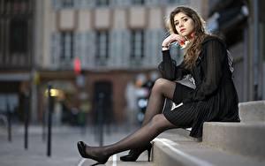Hintergrundbilder Bokeh Braunhaarige Sitzend Hand Bein High Heels Treppe Cindy Mädchens
