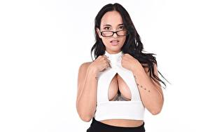 Hintergrundbilder Claudia Bavel Weißer hintergrund Brünette Blick Brille Hand Dekolleté Tätowierung Brust junge Frauen
