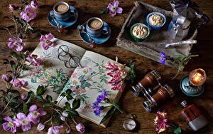 Fotos Waldreben Stillleben Kaffee Cappuccino Törtchen Petroleumlampe Taschenuhr Bretter Tasse Buch Brille das Essen Blumen
