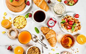 Bilder Uhr Kaffee Tee Fruchtsaft Croissant Müsli Honig Erdbeeren Backware Apfelsine Tasse Frühstück