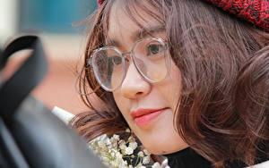 Tapety na pulpit Z bliska Azjatycka Spojrzenie Dziewczyna z brązowymi włosami Okulary Twarz mężczyzny Dziewczyny