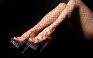 Tapety na pulpit Zbliżenie Na czarnym tle Nogi Buty na obcasie Rajstopy dziewczyna