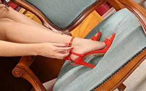 Bilder Hautnah Stuhl Hand Bein Stöckelschuh Strumpfhose Mädchens