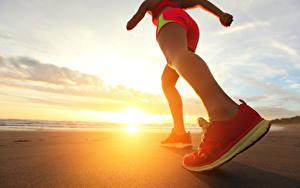 Hintergrundbilder Großansicht Küste Sonnenaufgänge und Sonnenuntergänge Meer Bein Sportschuhe Strand Sonne
