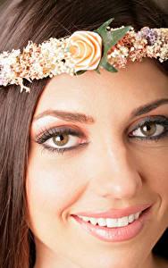 Fotos Großansicht Gesicht Braunhaarige Haar Kranz Lächeln Zähne Blick junge frau