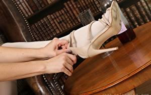 Fotos Hautnah Hand Bein High Heels Strumpfhose junge frau