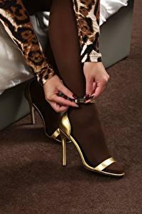 Hintergrundbilder Großansicht Hand Bein Stöckelschuh Strumpfhose junge frau