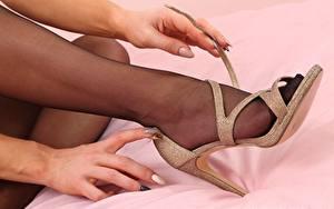 Fotos Großansicht Hand Bein High Heels Strumpfhose junge frau