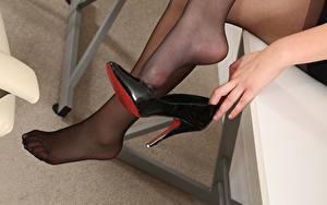 Bilder Großansicht Hand High Heels Bein junge Frauen
