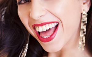 Tapety na pulpit Z bliska Śmieje Zęby Czerwone usta Kolczyki młoda kobieta
