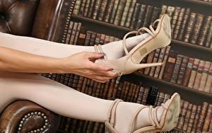 Tapety na pulpit Zbliżenie Nogi Ręce Buty na obcasie Rajstopy dziewczyna