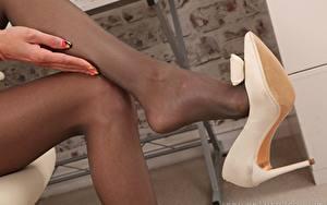 Fondos de escritorio De cerca Pierna Zapatos de tacón Pantimedias mujeres jóvenes