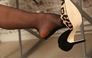 Tapety na pulpit Zbliżenie Nogi Buty na obcasie Rajstopy Bokeh młode kobiety