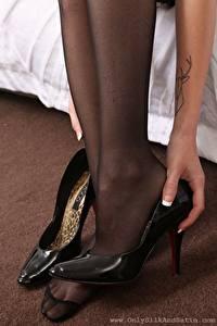 Papel de Parede Desktop De perto Pernas Salto-alto Meia-calça Mão jovem mulher