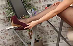Fotos Nahaufnahme Bein Stöckelschuh Strumpfhose Hand junge Frauen