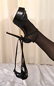 Bilder Nahaufnahme Bein Stöckelschuh Strumpfhose Thongs junge frau