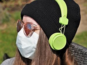 Bilder Hautnah Masken Coronavirus Kopf Mütze Kopfhörer Braune Haare Junge frau
